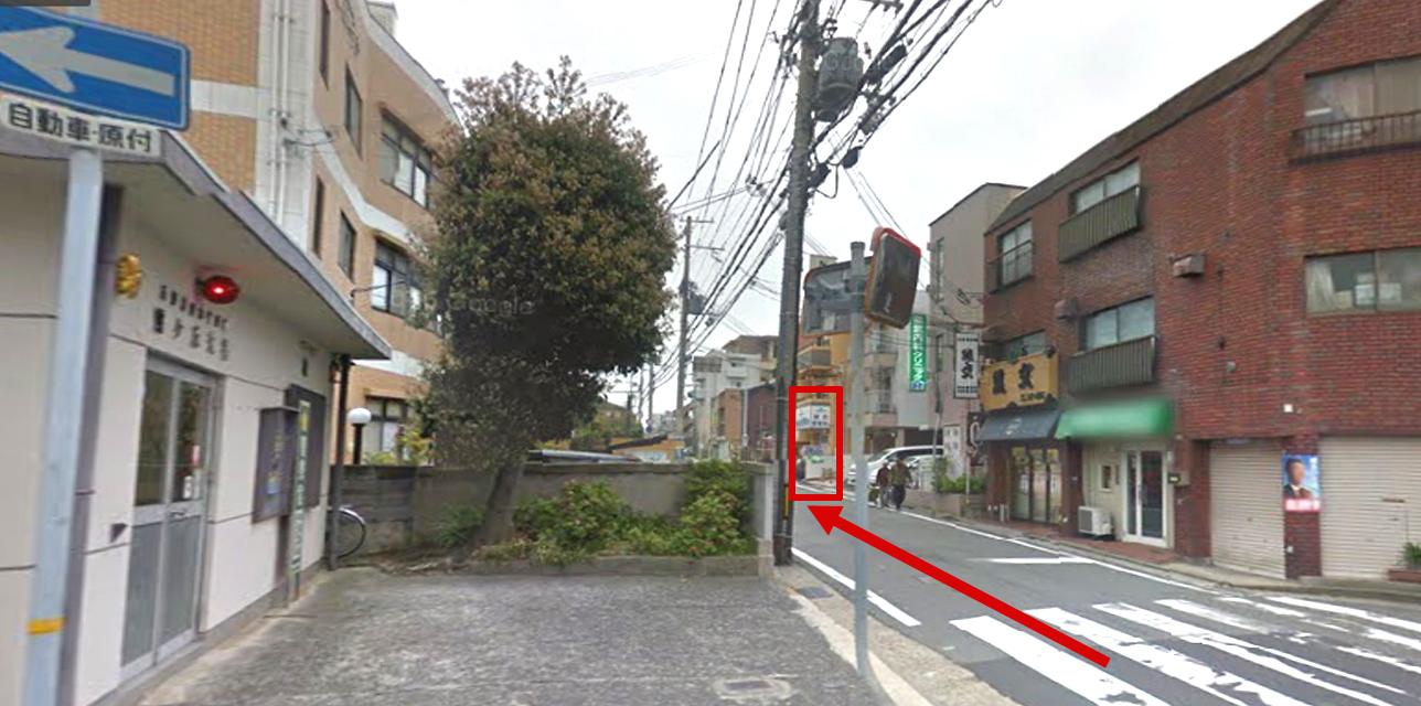 霞ヶ丘交番前(2つめの停留所)で下車してください。下車後、来た道をもどり一つ目の十字路(左手に交番があります)を左にまがります。